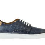 Sneakers di lusso, ma dal design essenziale. Realizzata in vitello stampa cocco color blu con particolari a contrasto color cuoio.