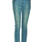 jeans  skinny in denim effetto lavato-used con stampa di tanti cuoricini in col nero a contrasto. Rivetti Swarovski su tasche.
