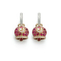 Orecchini campanella media in oro rosa e rubini, galletto in oro bianco e diamanti bianchi