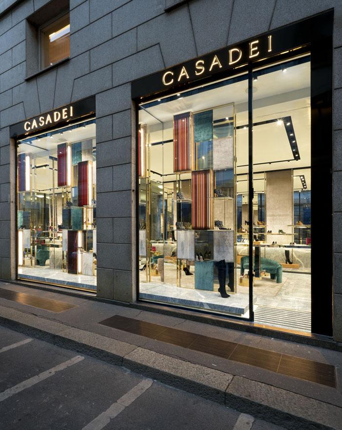 Casadei riapre la boutique di Milano dopo il restyling che riflette il  nuovo store concept introdotto con la boutique di Roma. 07e9914df0c