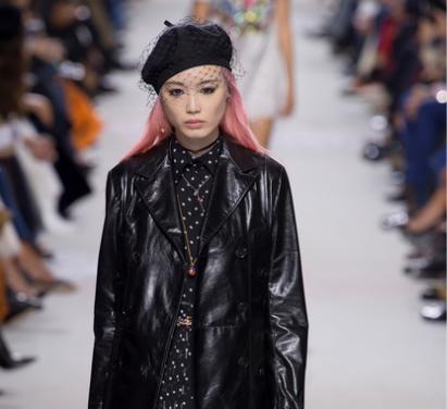 f3949b9374 Le proposte Dior per la primavera estate 2018 sono un connubio di  femminilità e anima rock. Protagoniste le creazioni in pelle per un look  che non passa ...