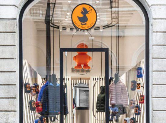 f147e541da6ab Il paperotto che fischietta firmato Save The Duck ha scelto Milano come  location d eccezione per il suo primo monomarca a livello globale.